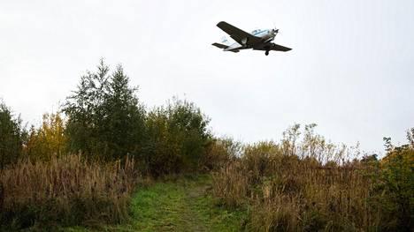 Pienkone lentää Nallenrinteeksi nimetyn uuden asuinalueen yli Malmin kentälle.
