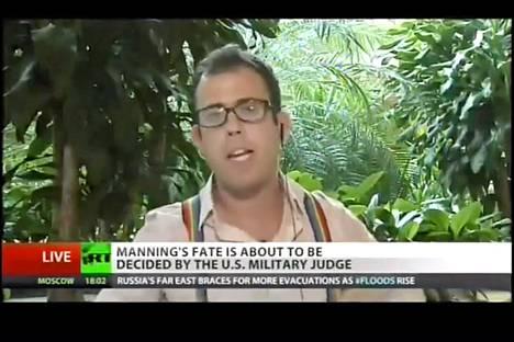 Yhdysvaltalaistoimittaja James Kirchick puki suorassa lähetyksessä ylleen sateenkaarihenkselit ja piti monologin, jossa arvosteli Venäjän uutta homolakia.