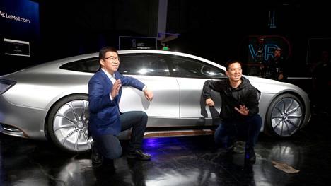 Leecon perustaja ja toimitusjohtaja Jia Yueting (oik.) ja hallituksen varapuheenjohtaja Lei Ding poseerasivat itseohjautuvan Leeseen edessä keskiviikkona San Franciscossa. Auto ei kyennyt ajamaan itseään lavalle.