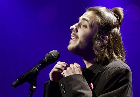 Portugalin Salvador Sobral lauloi itsensä Euroopan sydämiin herkällä, siskonsa säveltämällä rakkauslaululla Amar pelos dois.