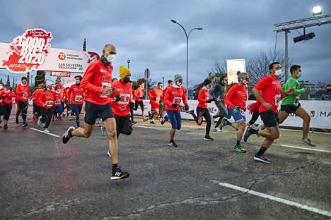 Madridissa järjestettiin marathon uudenvuodenaattona, juoksijat pääsivät maaliin 01.01.2021.