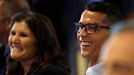 Cristiano Ronaldo hymyilee silmälasit päässään äitinsä Dolores Aveiron rinnalla sopimuksensa julkistamistilaisuudessa.