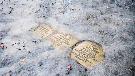 Kollmannien perheenjäsenten muistokivet on upotettu heidän Suomen kotinsa edustalle jalkakäytävään, Munkkiniemen puistotie 18:n kohdalla.