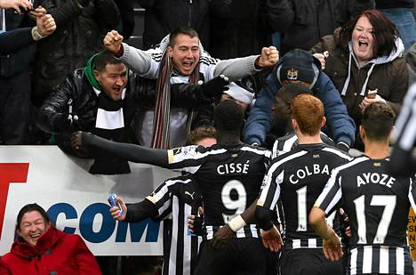 Kaksi maalia Chelsean verkkoon tehnyt  Papiss Cisse juhli avausosumaansa Newcastlen kannattajien edessä.