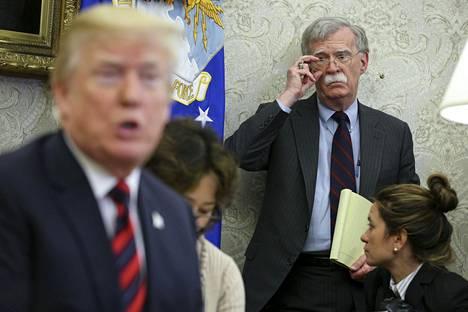 John Bolton seurasi Yhdysvaltain presidentti Donald Trumpin puhetta Valkoisessa talossa toukokuussa 2018.