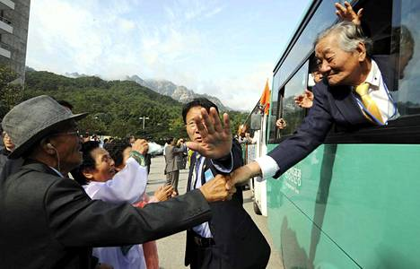 Korean sota jakoi perheitä ja sukuja eri puolille rajalinjaa. Vuonna 2009 järjestettiin lyhyt tapaaminen Leen veljeksille, 76-vuotiaalle Jung-holle (oik.) ja 79-vuotiaalle Kwae-sukille pohjoiskorealaisessa lomakeskuksessa. Lee Kwae-suk oli jäänyt sotavangiksi pohjoiseen Korean sodan aikana.