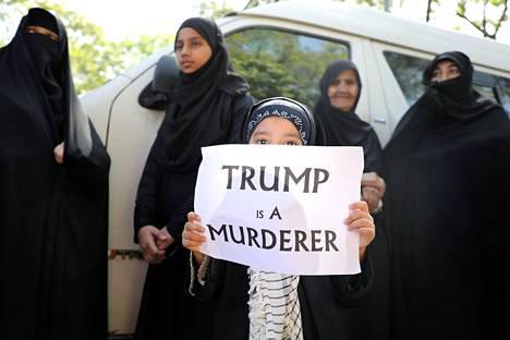 Iranilaiset kerääntyivät suremaan Suleimania ja osoittamaan mieltään useissa maissa. Kuvassa lapsi pitelee kylttiä Iranin suurlähetystön ulkopuolella Malesian Kuala Lumpurissa tammikuussa.