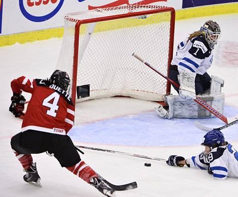 Kanadan Brigette Lacquette teki 1–0-maalin. Suomen maalivahti Eveliina Suonpää oli voimaton.