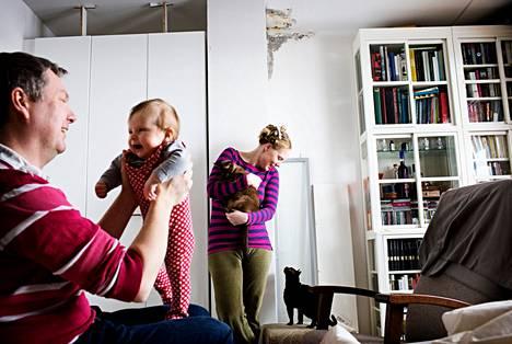 Juha Levon, kolmekuukautisen Rea Levon, Marianne Koppatzin ja kissojen Suryan ja Eetun helsinkiläiskodin makuuhuoneen seinällä näkyvät kosteusvaurion jäljet.