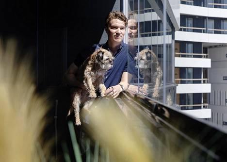 Tomi Sydänmaa ja Alma-koira uuden kotinsa parvekkeella Verkkosaaressa.