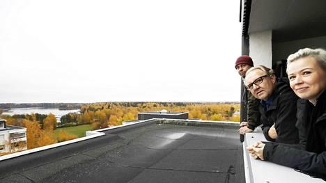 Ylimmän kerroksen parvekkeelta avautuvat upeat merimaisemat. Niitä pääsevät ihailemaan putkiremontin jälkeen uudesta kerhohuoneesta Maria Saario, Aki-Pekka Hietanen ja Jaakko Olli.