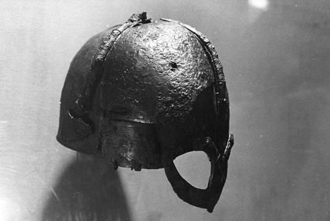 Birkan viikinkisoturin haudasta löydettiin vainajan lisäksi muun muassa miekka, kirves, keihäs, kilpiä ja kaksi hevosta. Kuvan viikinkikypärä on löydetty Norjasta, mutta Birkan haudasta kypärää ei löydetty.