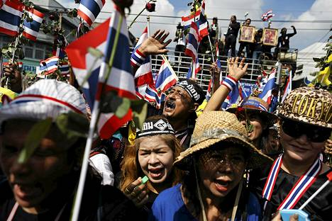 Hallitusta vastustavat mielenosoittajat lähestyivät hallintorakennuksia Bangkokissa maanantaina.