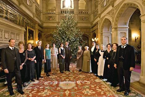 Downton Abbey kuvaa Crawleyn aatelissuvun ja heidän palvelijoidensa elämää kartanossa Pohjois-Yorshiressa.