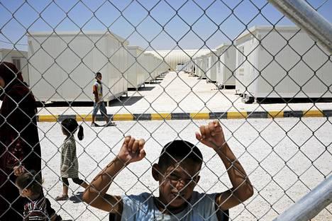 Syyriasta paennut Bashir, 10v. nojaili pakolaisleiri Mreijeb Al Fhoudleirin verkkoaitaan Jordaniassa kesäkuussa .