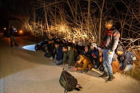 Kreikkalaissotilaat pysäyttivät Turkista Kreikkaan tulleita siirtolaisia Protoklisin kylän liepeillä tiistaina.