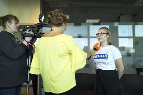 Sonja Korpelainen kertoi pitäneensä siitä, miten hän mielipiteensä otettiin toimituksessa huomioon. Häntä haastatteli Fanny Fröman, kuvaajana toimi Terhi Liimu.