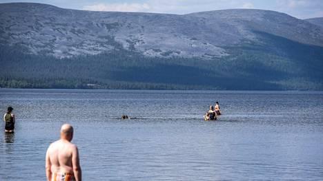 Lapissa on saatu nauttia helteistä tällä viikolla. Pallasjärvellä viihdyttiin uimarannalla keskiviikkona.