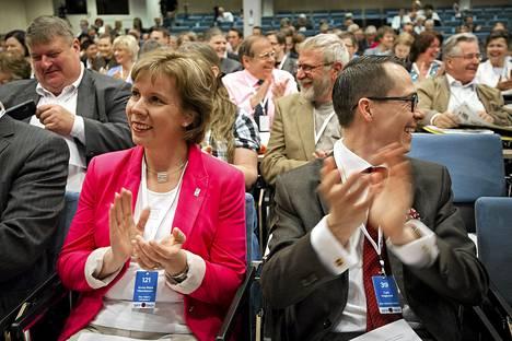 Anna-Maja Henrikssonille jäi varapuheenjohtajuus, kun Carl Haglund voitti kisan RKP:n puheenjohtajuudesta Kokkolan puoluekokouksessa.