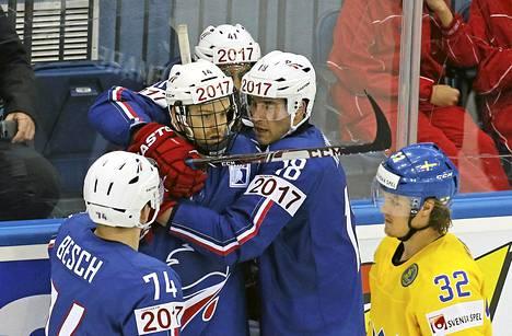 Ranskalaiset juhlivat Stephane Da Costan (toinen vasemmalta) kolmannnessa erässä Ruotsin verkkoon tekemää 1-2-kavennusmaalia.