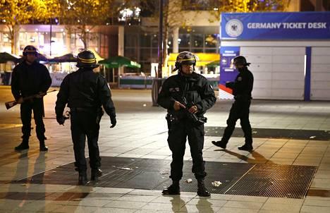 Poliisit vartioivat Stade de France -stadionia Pariisissa sen jälkeen, kun Ranskan ja Saksan jalkapallo-ottelun aikana oli räjäytetty pommi.