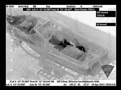 Ilmasta kuvatussa infrapunakuvassa näkyy veneessä piilotteleva Dzhokhar Tsarnaev. Kuva on otettu huhtikuun 19. päivä.