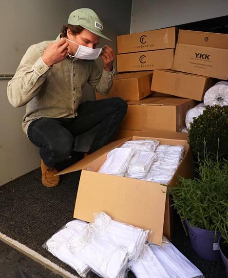 R-Collection on tuottanut kymmeniä tuhansia maskeja, joita Olli Saastamoinen kutsuu pärskesuojiksi.