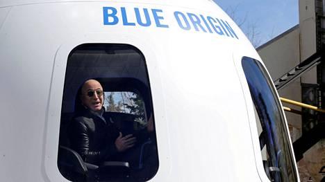 Bloombergin listauksen mukaan maailman rikkain ihminen oli 10. kesäkuuta 2021 Amazonin perustaja Jeff Bezos 191 miljardin dollarin omaisuudella. Kuvassa hän esittelee perustamansa Blue Origin -yhtiön New Shepard -avaruusalusta huhtikuussa 2017 Colorado Springsissä Yhdysvalloissa.