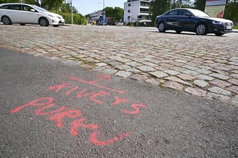Raide-Jokerin rakentaminen alkaa näkyä katukuvassa työmaina ympäri pääkaupunkiseutua. Nämä kivet irrotetaan Oulunkylässä.