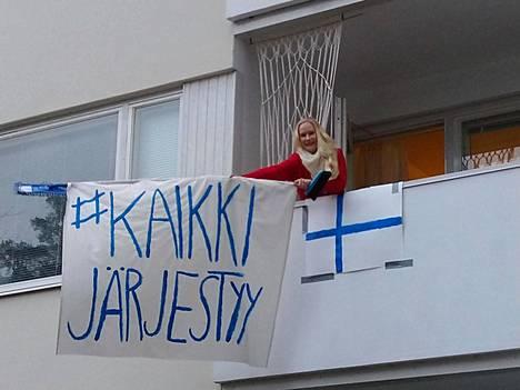 Oulunkylässä asuvan Orvokki Hyytisen parveketta koristaa tänä iltana lakana ja lippu.