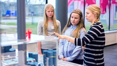 Sonja Annala ja Ella Määttä pääsivät tutustumaan jätevoimalaan Sallamaari Rapon johdolla. Vantaan voimalassa on kaksi polttouunia.