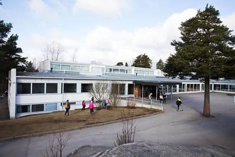 Käpylän Yhtenäiskoulun rehtori Sari Solan kertoo, että koulun henkilöstöbudjetti pieneni tälle vuodelle merkittävästi.