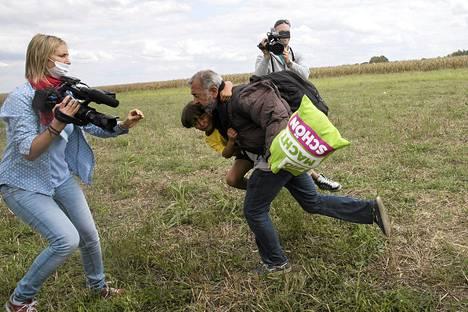 Poikaansa Zaidia kantaneen Osama Abdel-Mohsen al-Ghadabin pakomatka nousi kansainväliseen julkisuuteen, kun unkarilainen kuvaaja potki pakolaisia viime viikolla.