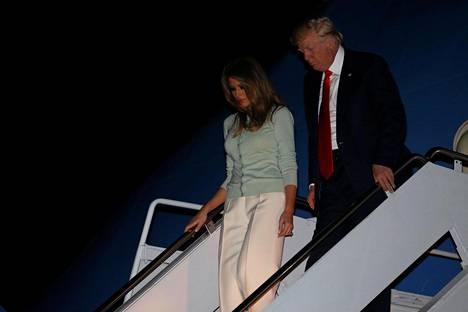 Presidentti Donald Trump ja puoliso Melania Trump laskeutuivat varhain sunnuntaina Suomen aikaa Air Force One -koneesta Andrewsin tukikohdassa Marylandissa.
