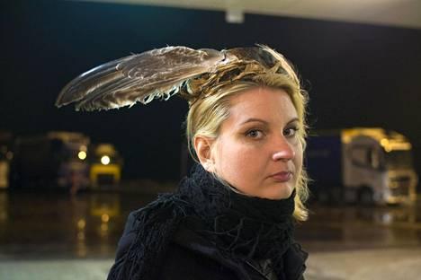 Sarjasta In Between teos Huoltoasema, 2016. Valokuva ja hattu: Leena Pukki.