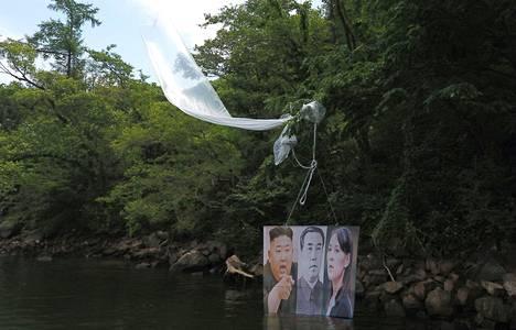 Maanantaina ryhmä eteläkorealaisia aktivisteja lähetti matkaan ilmapalloja, joissa oli kuvattuna Pohjois-Korean johtaja Kim Jong Un (vas.), edesmennyt Pohjois-Korean johtaja Kim Il Sung ja Pohjois-Korean johtajan sisko Kim Yo Jong.