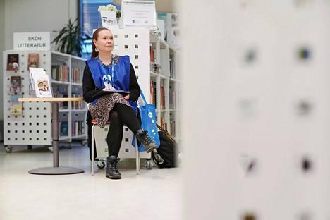 Mannerheimin lastensuojeluliiton hankejohtaja Mari Koskela päivystää kirjaston  lastenosastolla.
