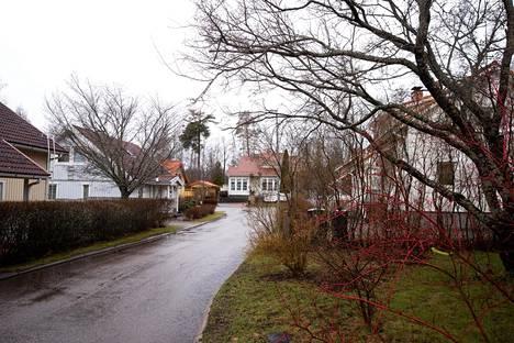 Espoon Saarniraivion pientaloalue rakennettiin aikoinaan mahdollisimman tiiviiksi omakotitaloalueeksi. Riitalat ovat tyytyväisiä tehokkaaseen tonttiinsa.