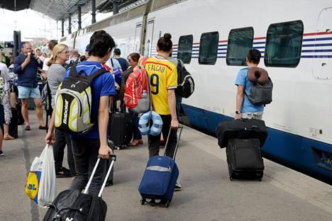 Jalkapallofaneja matkusti junalla jalkapallon MM-kisoihin Pietariin heinäkuussa 2018.