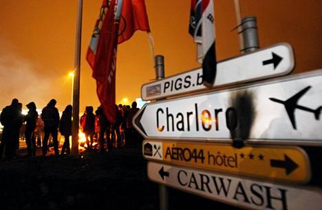 Mielenosoittajat tukkivat Charleroin lentokentän sisäänkäynnin Brysselissä maanantaina.