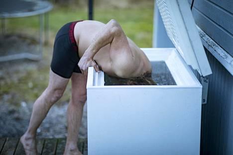 Usein Matikainen kastaa päänsä vielä muutamaksi sekunniksi kylmään veteen.