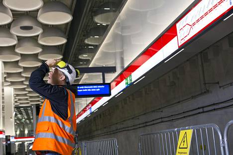 Kaupunginvaltuutettu Mikki Kauste tutustui Tapiolan metroasemaan. Asemalla kaikuivat kuulutukset, joissa kerrottiin, että raiteilla ei ole liikennettä.
