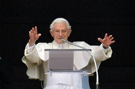 Paavi Benedictus XVI saa pitää arvonimensä.