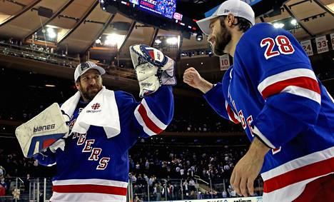 Rangersin maalivahti Henrik Lundberg ja maalintekijä Dominic Moore paiskasivat kättä.