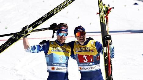 Joni Mäki ja Ristomatti Hakola ovat jo mitalisteja Oberstdorfin MM-laduilta voitettuaan pariviestissä hopeaa.