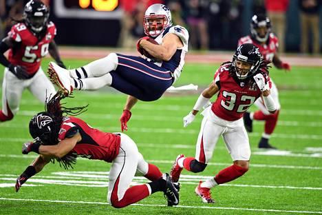 New England Patriotsin hyökkääjä Julian Edelman joutuu Atlanta Falconsin puolustuksen jyrän alle ottelun alkupuoliskolla.