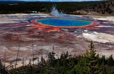 Yellowstonessa sijaitseva Grand Prismatic Spring on maailman kolmanneksi suurin kuuma lähde.