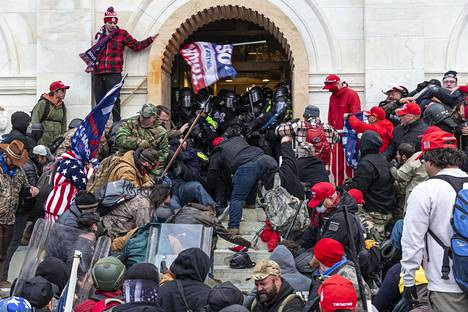 Mielenosoittajat tunkeutuivat väkivalloin Yhdysvaltain kongressin tiloihin loppiaisena 6. tammikuuta.