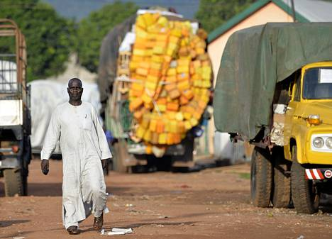 Muslimimies käveli torstaina Keski-Afrikan tasavallan pääkaupungissa Banguissa. Valtaosa muslimeista on ajettu pois kaupungista.