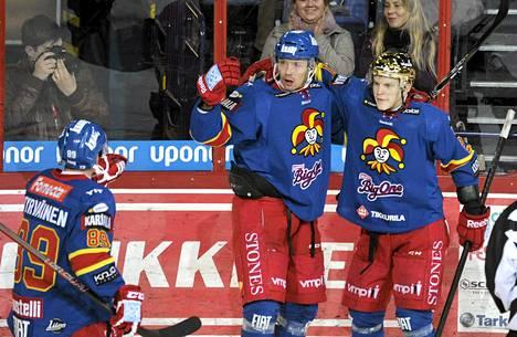 Jokerien Antti Tyrväinen (vas), Janne Lahti sekä Teemu Eronen juhlivat Lahden 1-0 avausmaalia jääkiekkoliigan ottelussa Jokerit-Tappara.